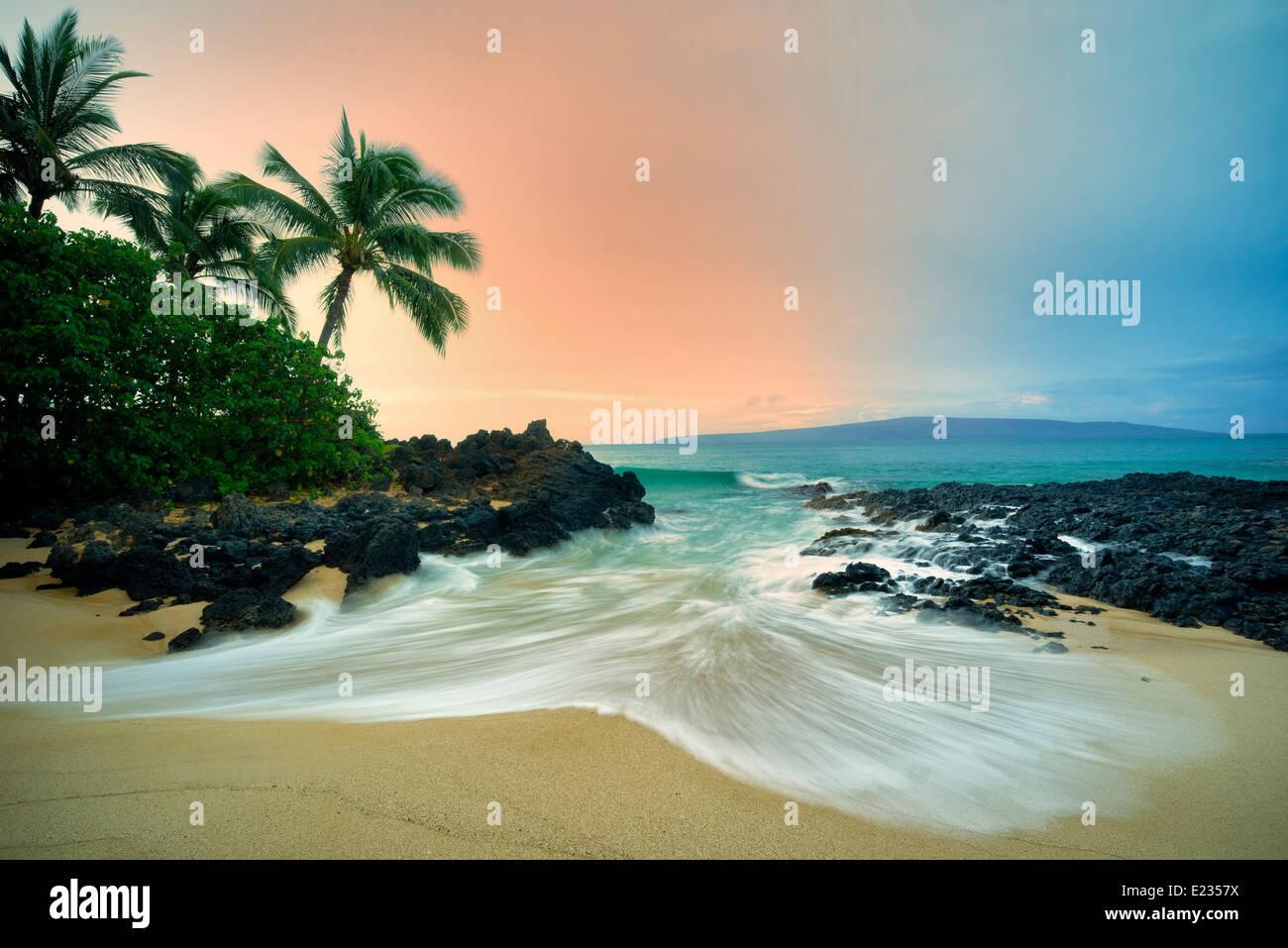 Plage isolée avec des palmiers et le lever du soleil. Maui, Hawaii Banque D'Images