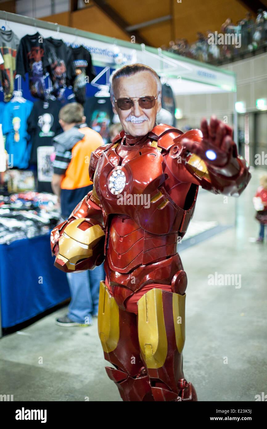 d18aa54f48dc Un fan de Marvel Comics portant un costume d homme de fer et un masque de  visage Stan Lee au Comic-Con 2014 Sydney