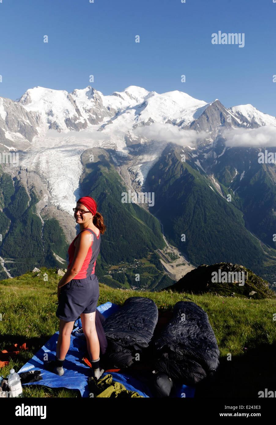 Une dame à un camp sauvage sur le Brévent, dans les Alpes françaises avec le massif du Mont Blanc Photo Stock