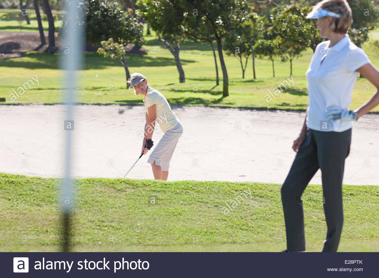 Les femmes à jouer au golf Photo Stock