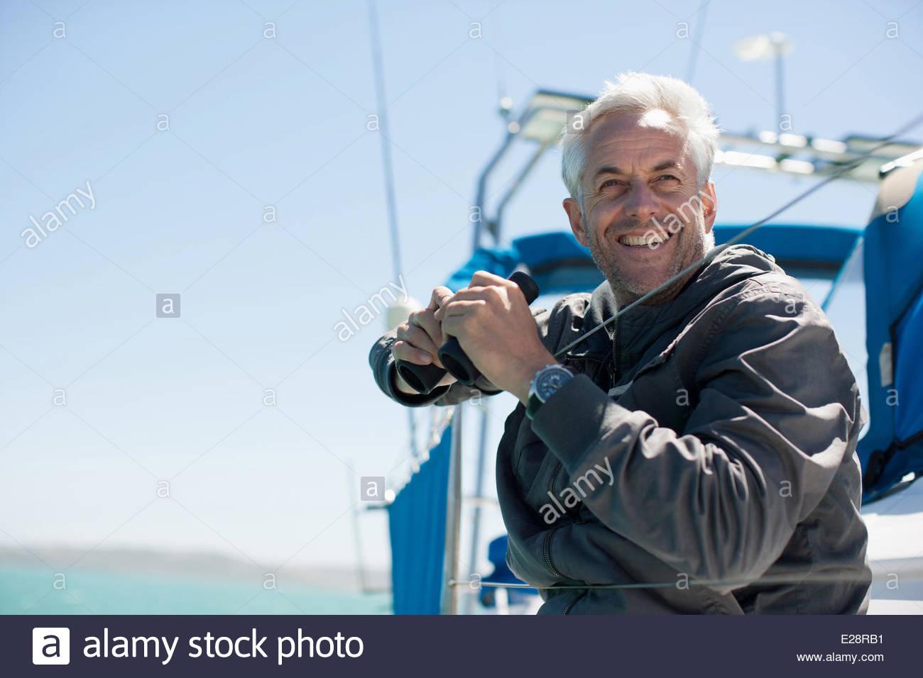 Homme mature sur voilier Photo Stock