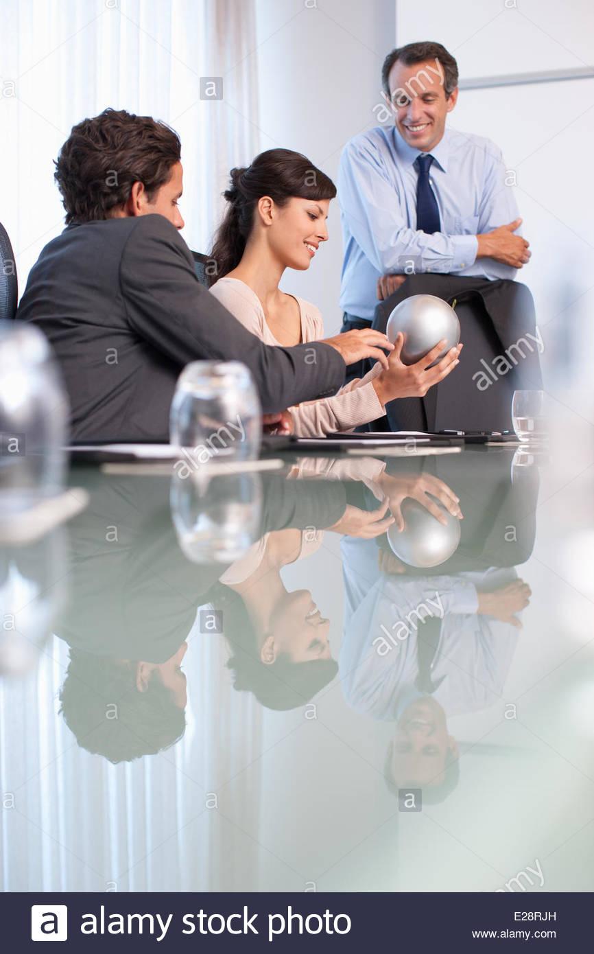 Les gens d'affaires dans la salle de conférence avec sphere Photo Stock