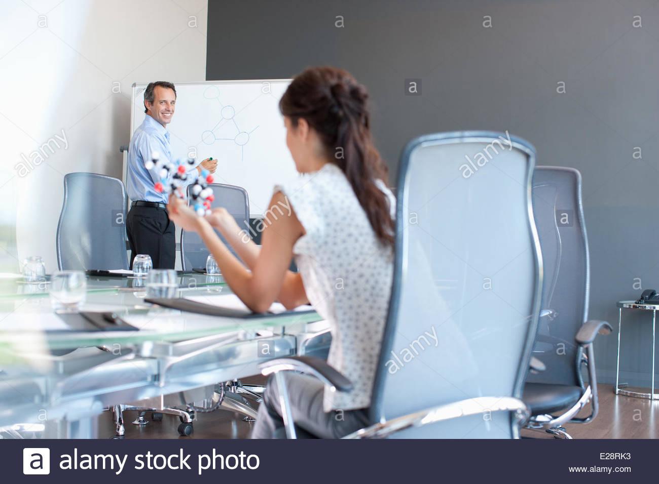 Les gens d'affaires travaillant avec molécule modèle dans la salle de conférence Photo Stock