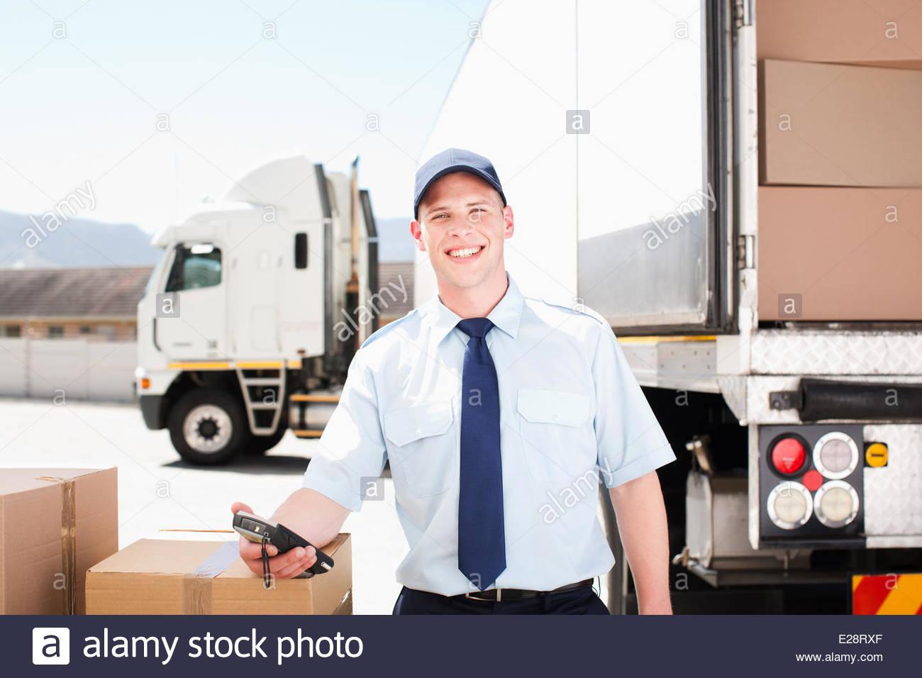 Worker avec des cases près de semi-truck Photo Stock