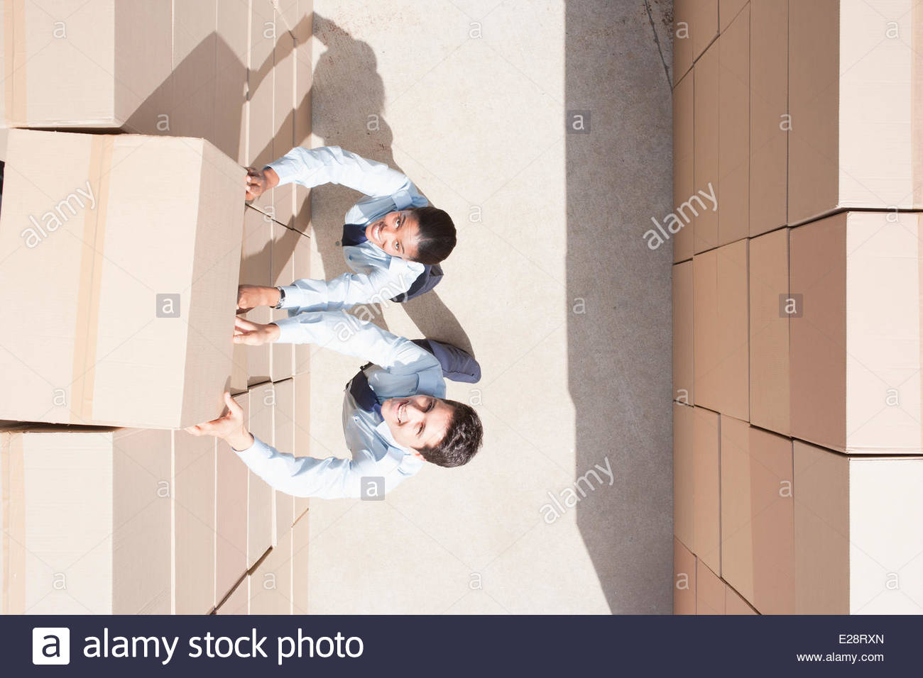 Workers standing avec pile de cartons Photo Stock
