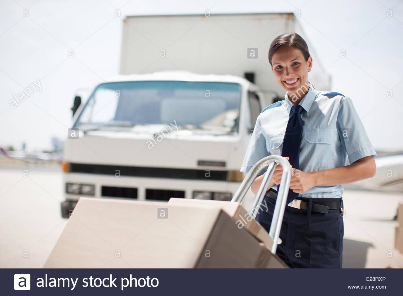 Travailleur avec boîtes en zone d'expédition. Photo Stock