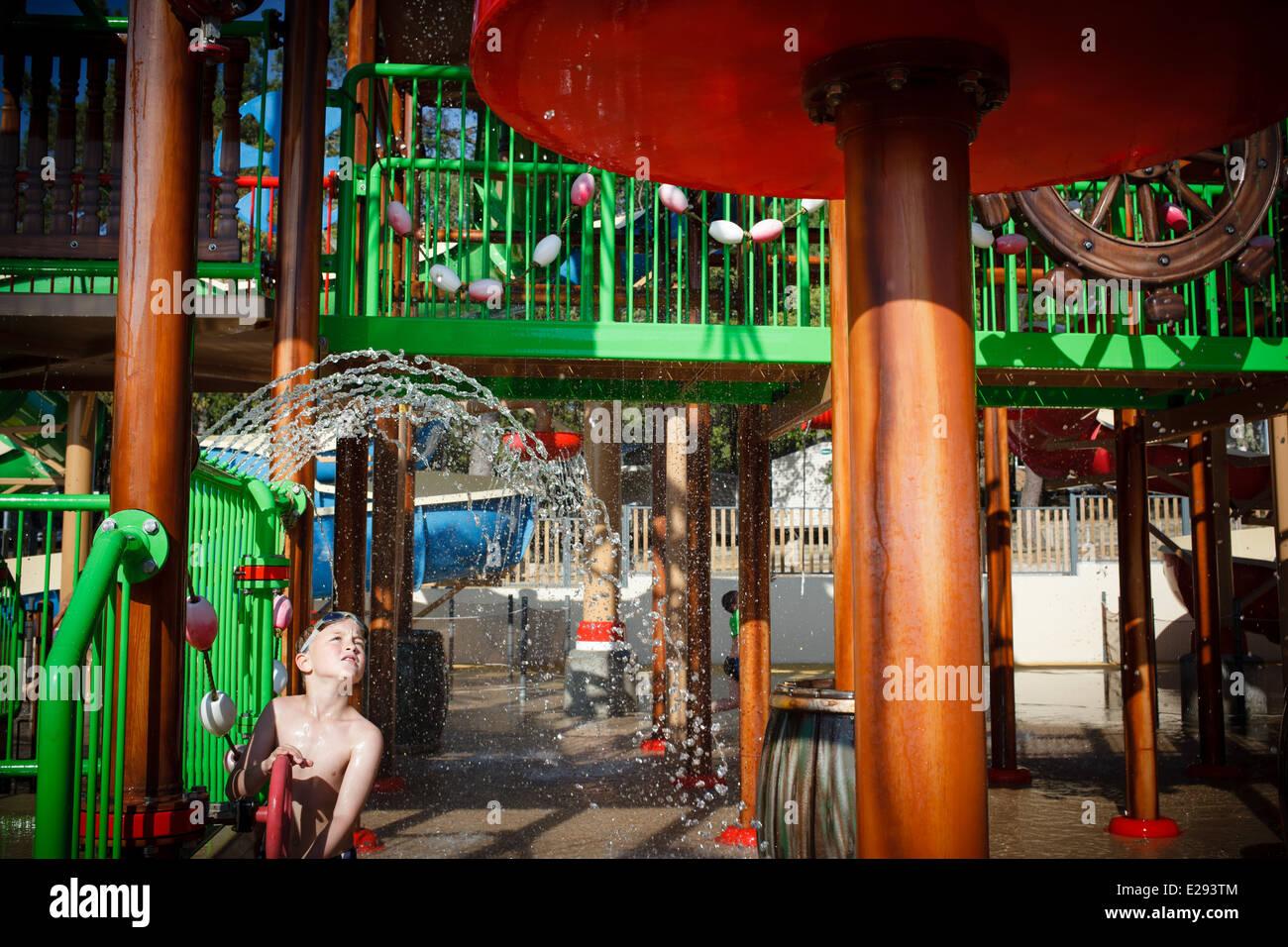 7/6/14 Garçon jouant dans l'eau au parc de camping Côte d'argent, Hourtin-Plage, Gironde, Aquitaine, Photo Stock