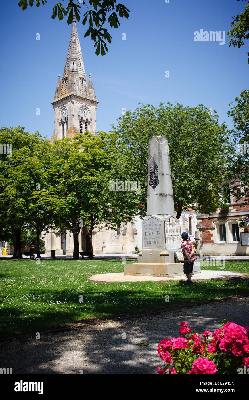 9 juin 2014 Green, église et monument aux morts, Hourtin, Gironde, Aquitaine, Landes, France Le. Photo Stock