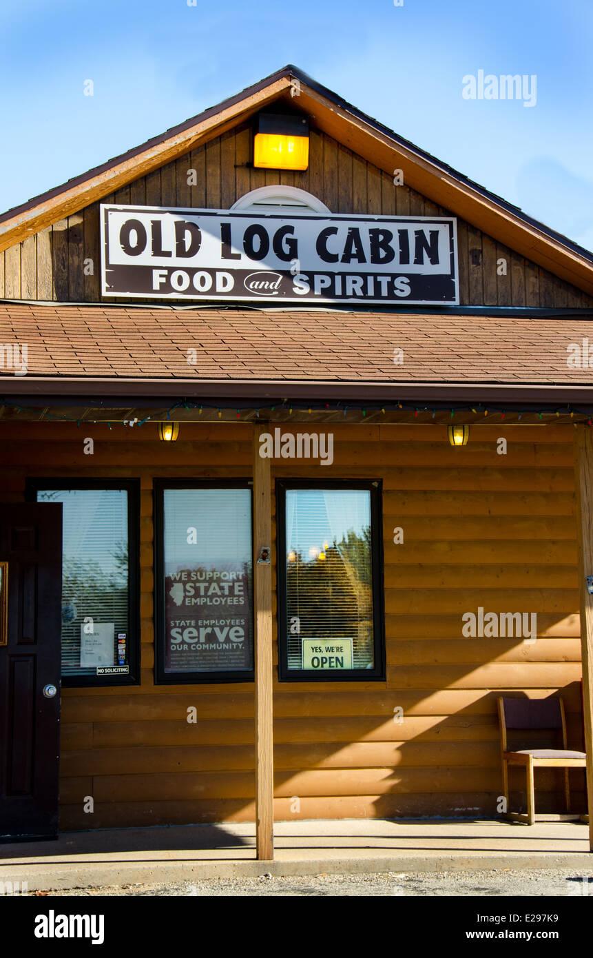 Old Log Cabin est un restaurant le long de la Route 66 dans la région de Pontiac Montana Banque D'Images