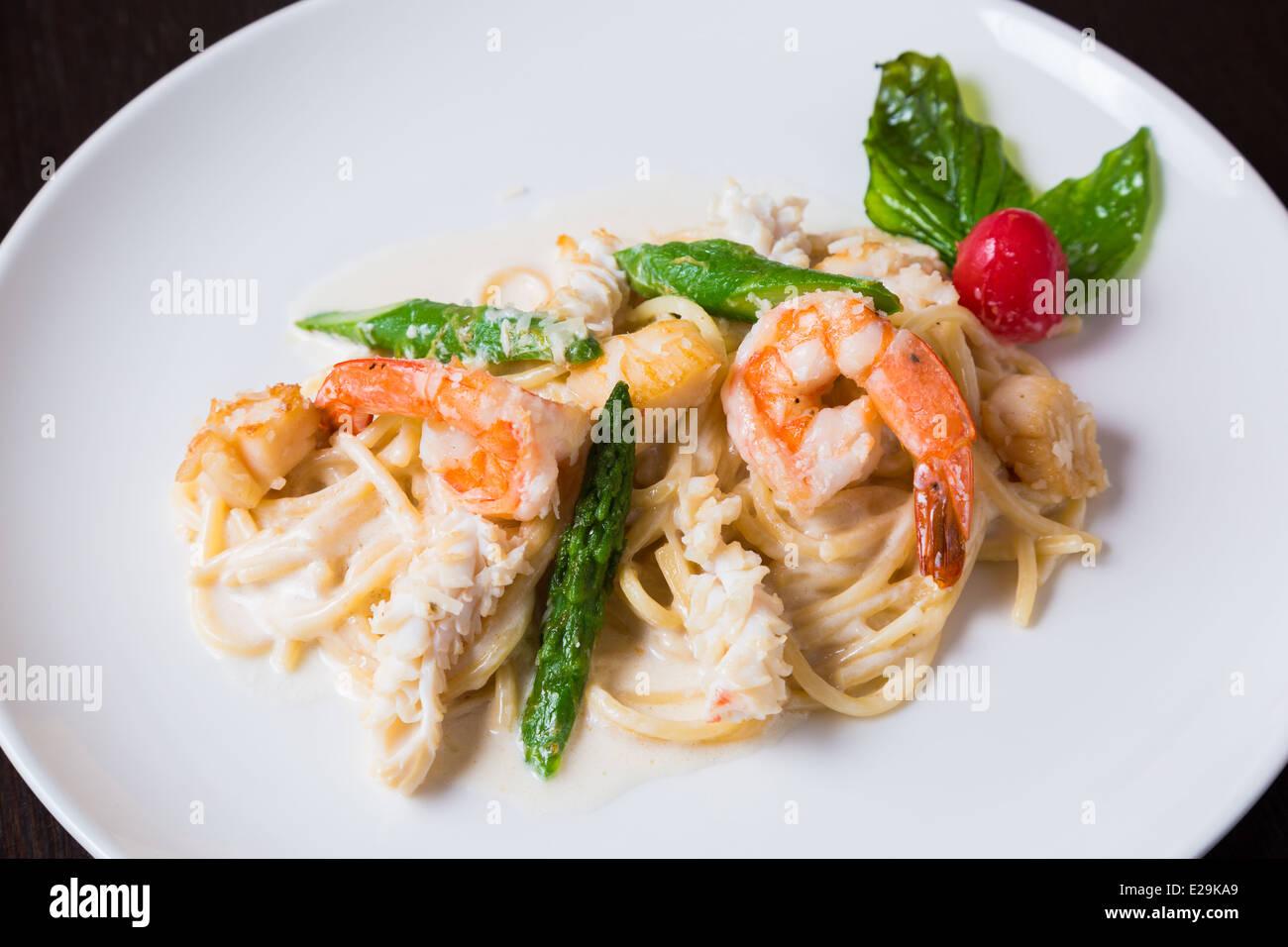 Feuilles de salade fraîche aux crevettes Photo Stock