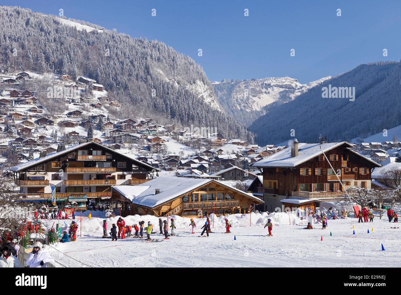 France, Haute Savoie, Morzine, l'école maternelle avec une vue sur la station de ski d'Avoriaz, dans l'arrière-plan Banque D'Images