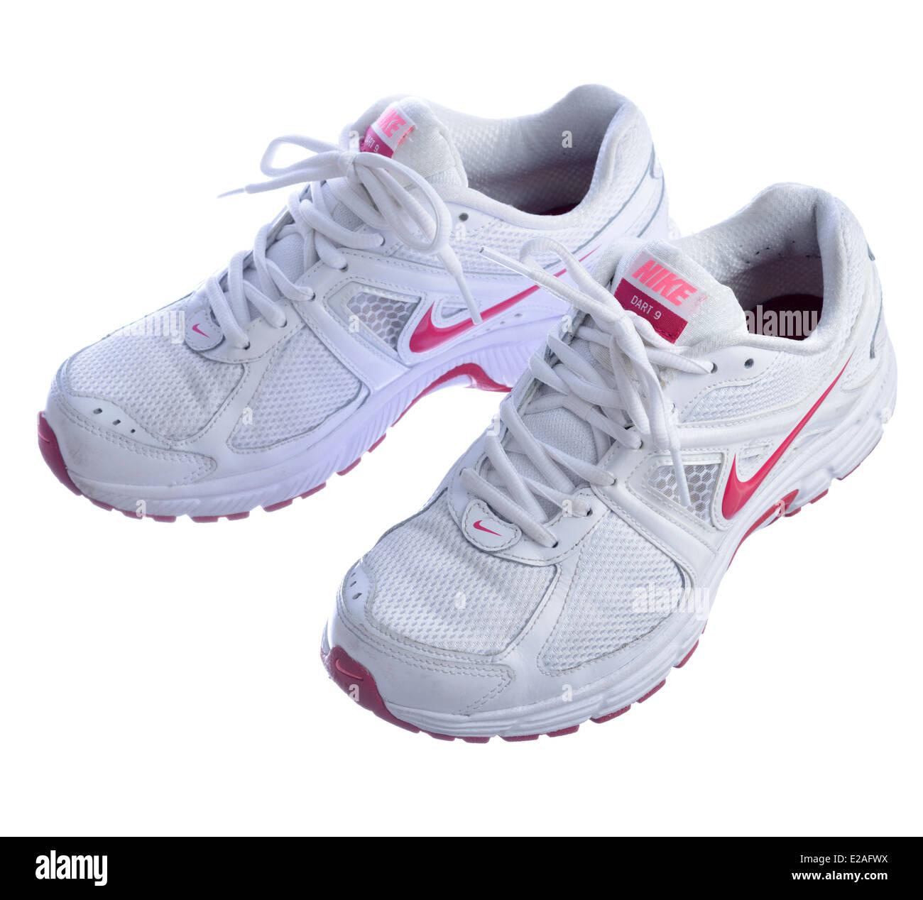 Blanc Chaussures Sur Banque Isolé D De 9 Dart Nike Fond Course qfREAA