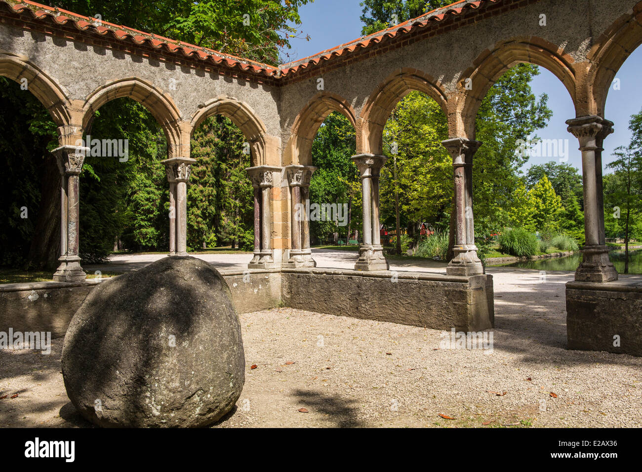 France, Hautes Pyrenees, Tarbes, cloître du Jardin Massey Photo Stock