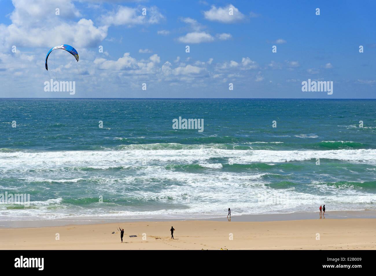 France, Gironde, Arcachon, Cap Ferret, Plage de l'Horizon, gonflant un voile de Kitesurf avec l'océan Photo Stock