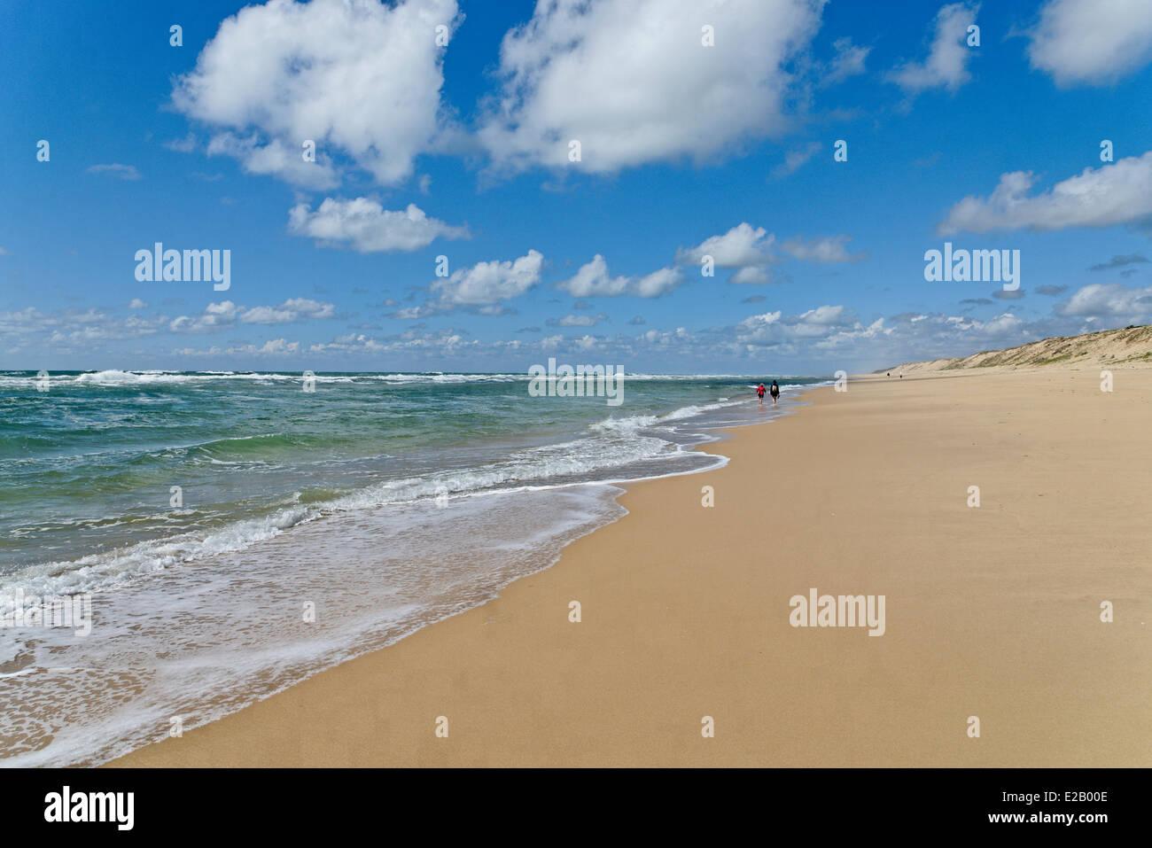 France, Gironde, Arcachon, Cap Ferret, Plage de l'horizon, les randonneurs le long de l'océan sur une Photo Stock