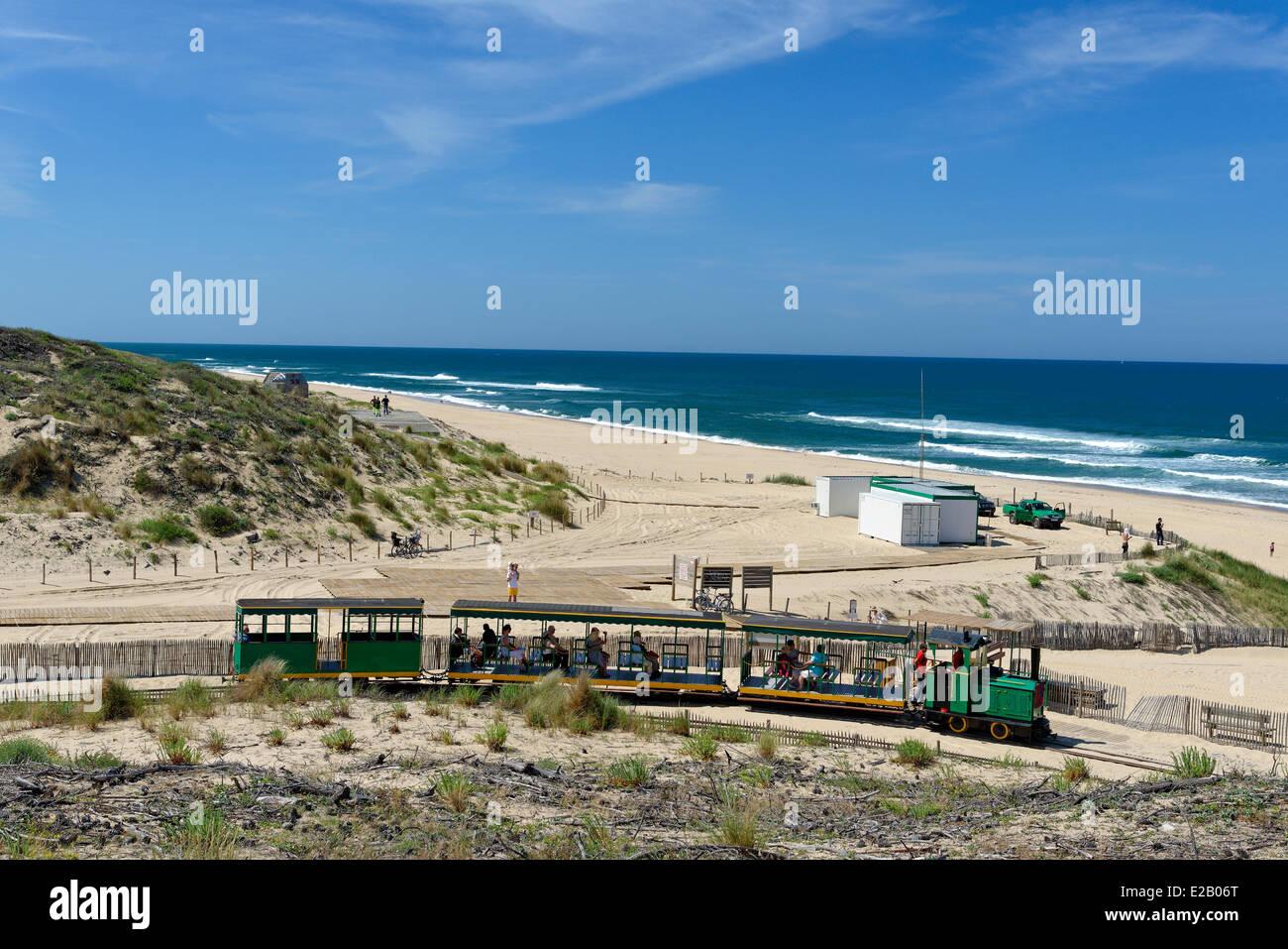 France, Gironde, Arcachon, Cap Ferret, Plage de l'Horizon, Petit train vert pistes dans les dunes de sable avec Photo Stock