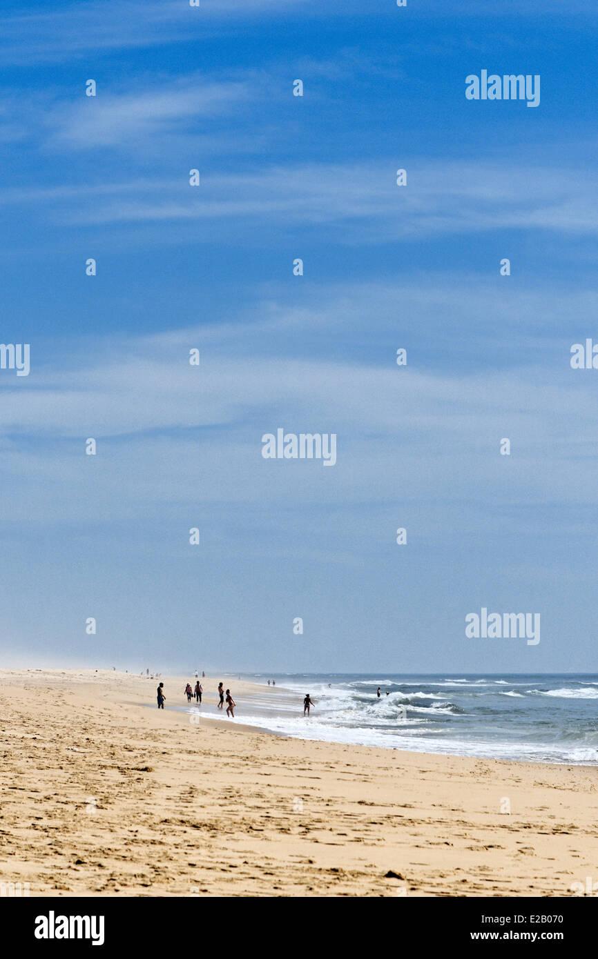 France, Gironde, Arcachon, Cap Ferret, Plage de l'horizon, les promeneurs sur le sable en face de l'océan Photo Stock