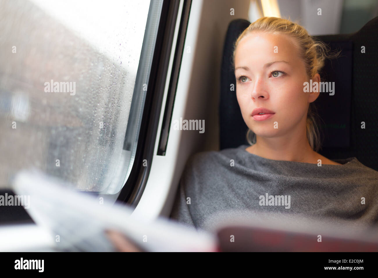 Dame voyageant en train. Photo Stock