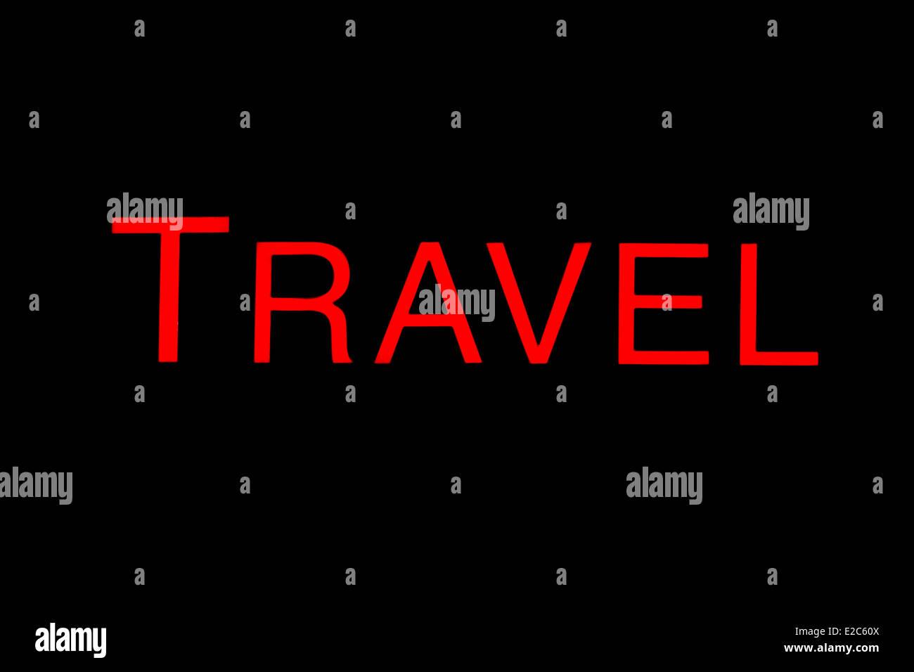 Allumé rouge signe de voyage sur un fond noir. Photo Stock