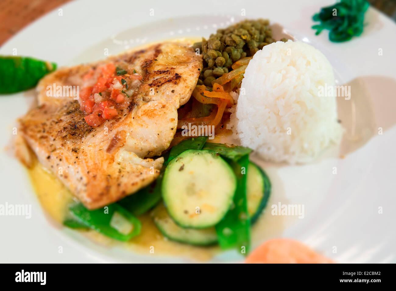 Bahamas, Île Eleuthera, poisson plat dans le restaurant du Tippy Photo Stock