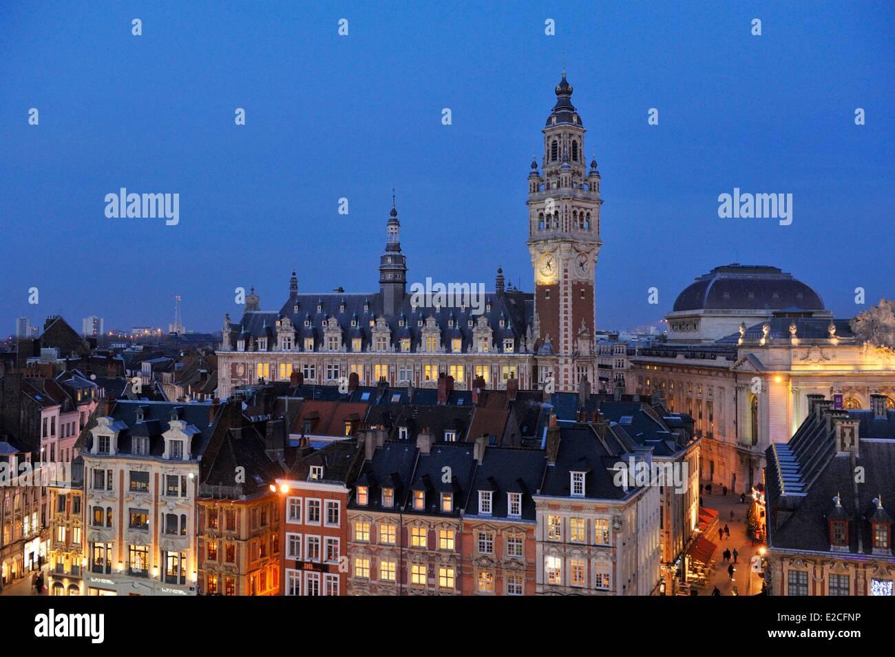France, Nord, Lille, le beffroi de la Chambre de Commerce et d'Industrie et de l'Opéra vu par nuit Photo Stock
