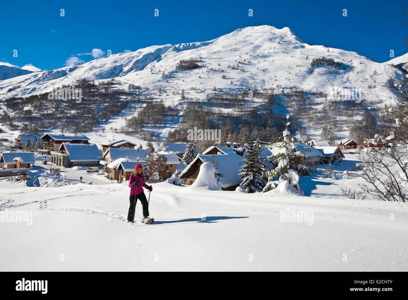 France, Savoie, vallée de la Maurienne, Valloire, randonneur en raquettes Photo Stock