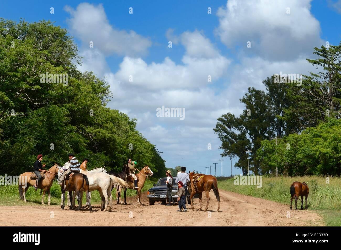 Argentine Buenos Aires Province gauchos à cheval sur un sentier près de San Antonio de Areco Photo Stock