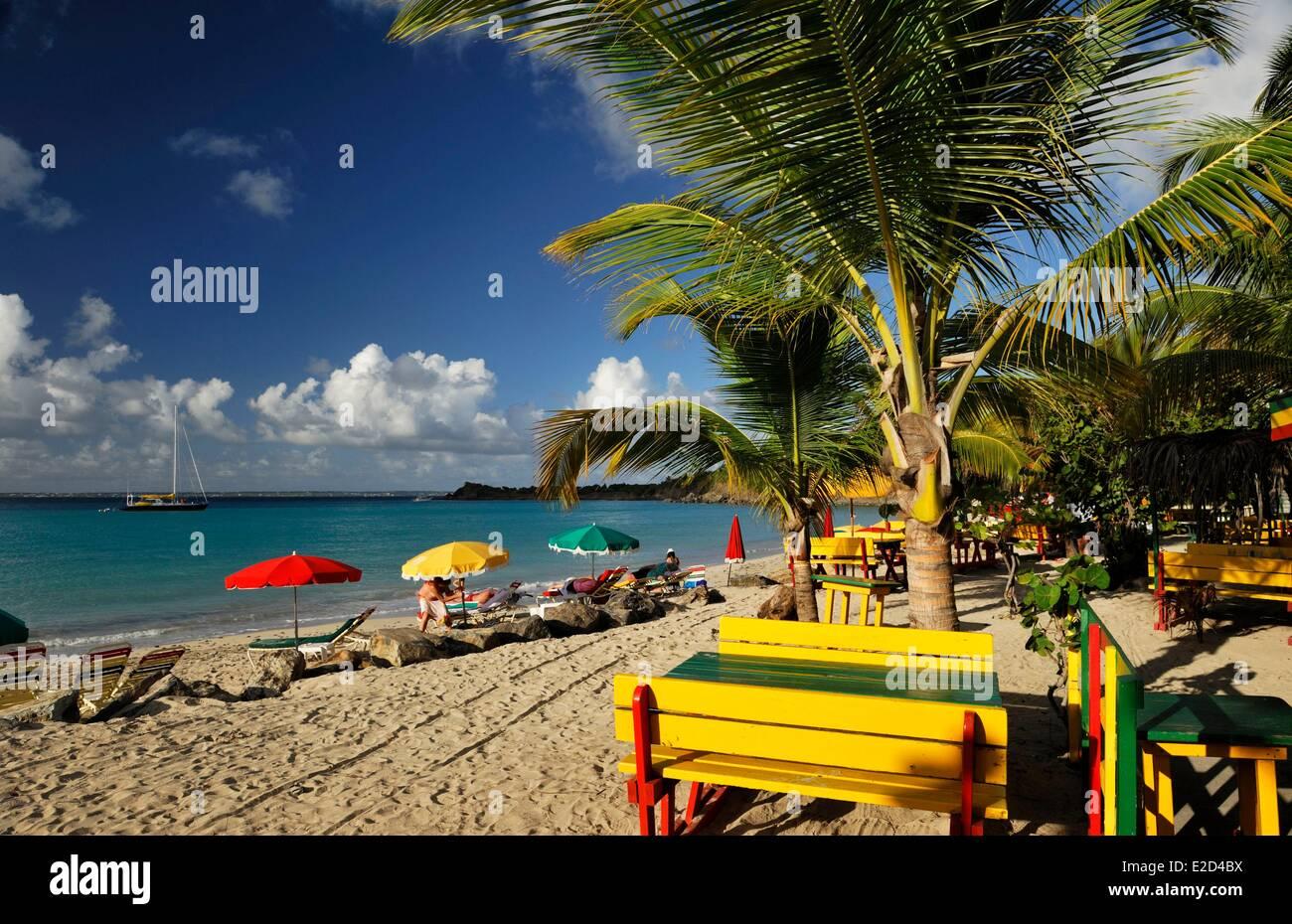 France Guadeloupe Saint Martin anse des pères ou Friar's bay beach les meubles peints en rouge jaune et Photo Stock