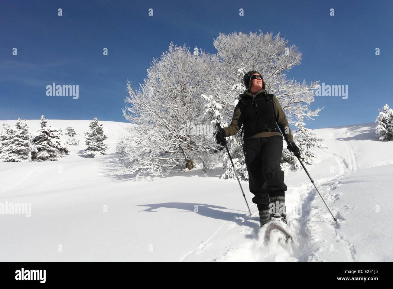France Isere Vercors réserve naturelle nationale female hiker raquette au-dessus du village Photo Stock