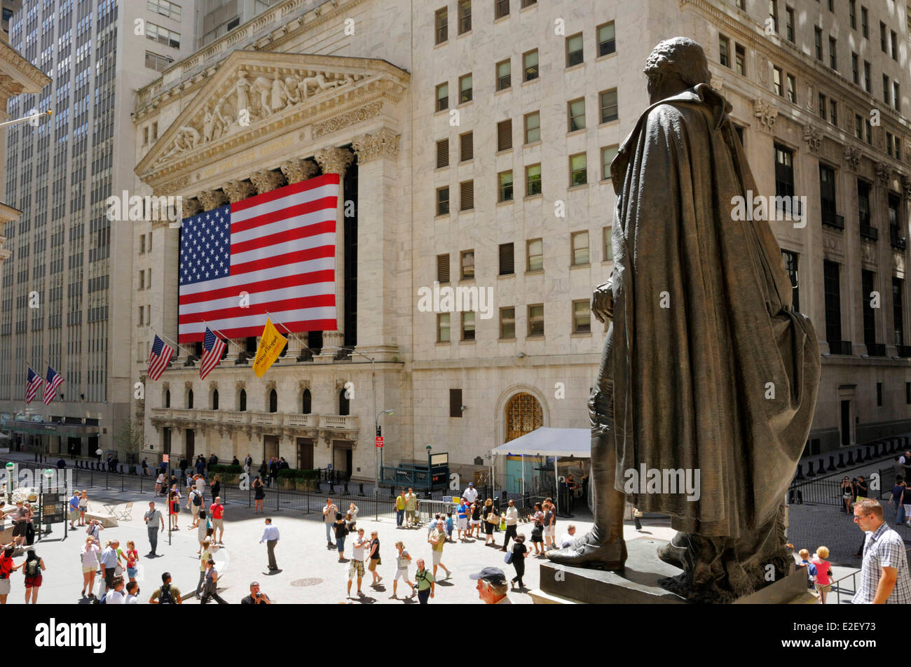 États-unis New York Rue Large Wall Street NYSE ou New York Stock Exchange de derrière la statue de George Photo Stock
