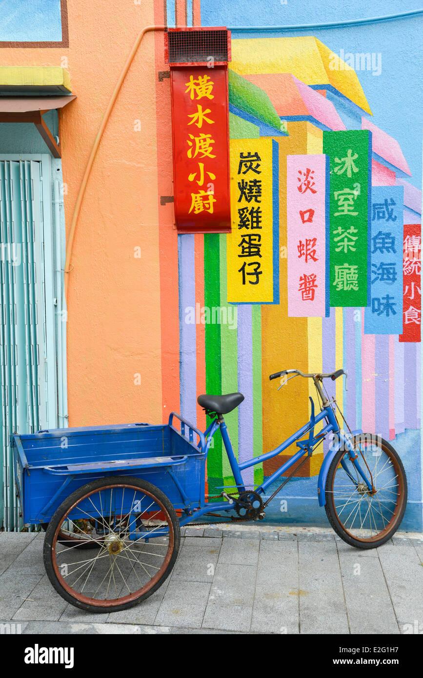 Chine Hong Kong l'île de Lantau Tai O village de pêcheurs traditionnel triporteur bleu devant un mur Photo Stock