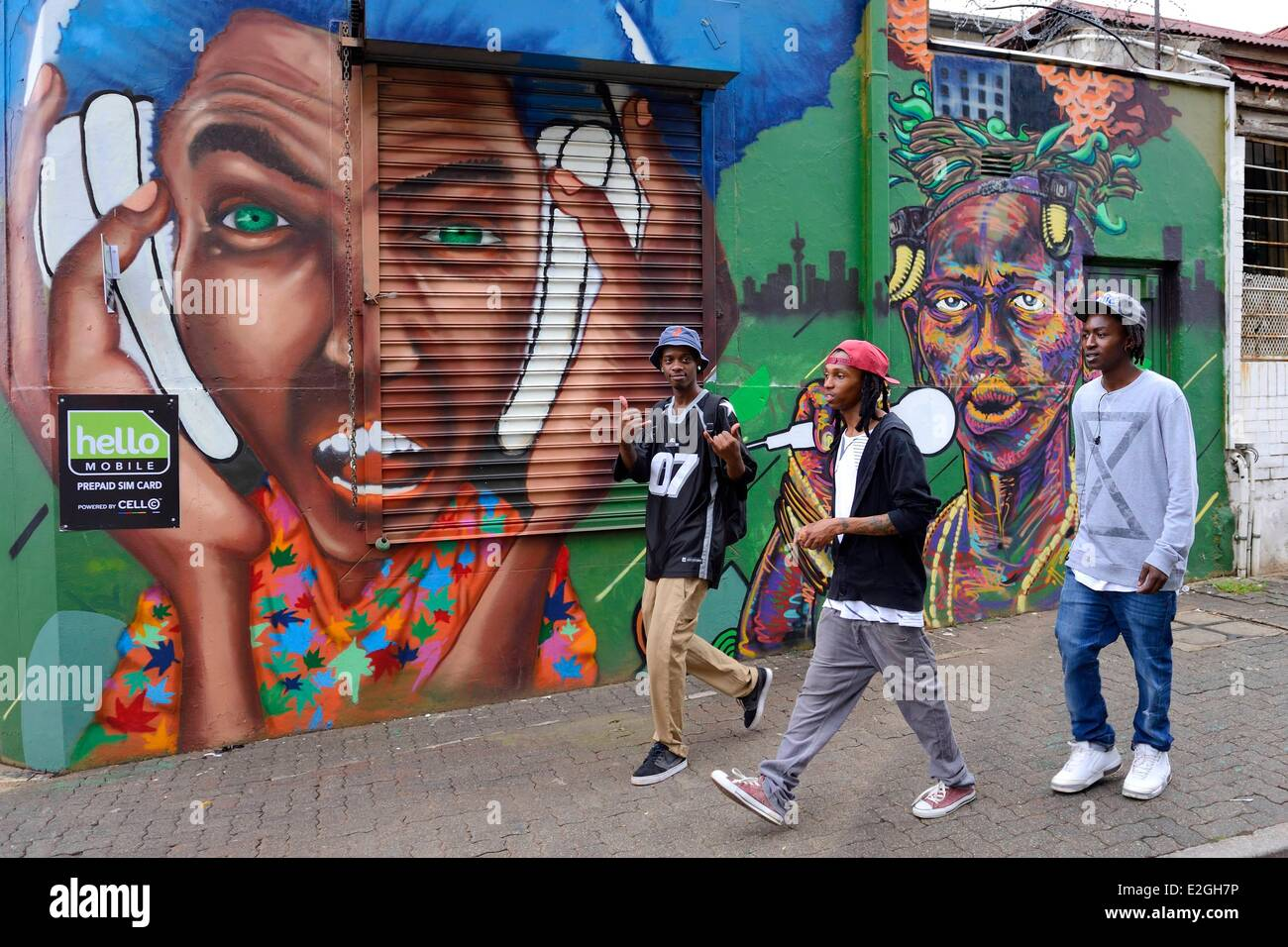 L'Afrique du Sud la province de Gauteng, Braamfontein Johannesburg district groupe de jeunes devant une fresque Photo Stock