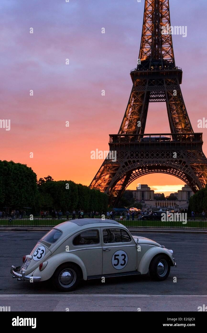 car in front eiffel tower photos car in front eiffel tower images alamy. Black Bedroom Furniture Sets. Home Design Ideas