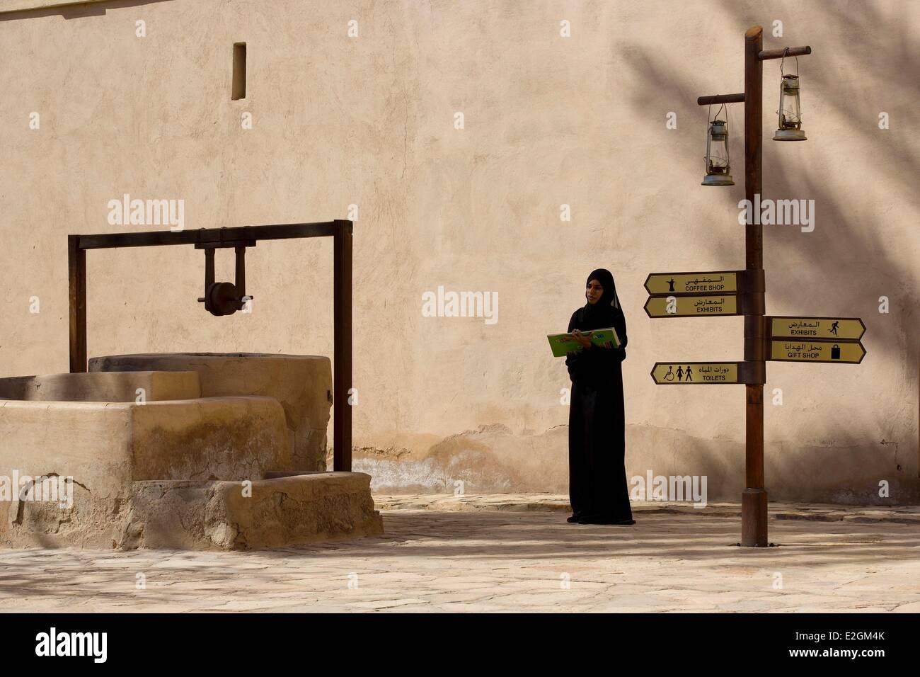 Sultanat d Oman annonce Dakhiliyah Nizwa montagnes Hajar occidental région fort Photo Stock
