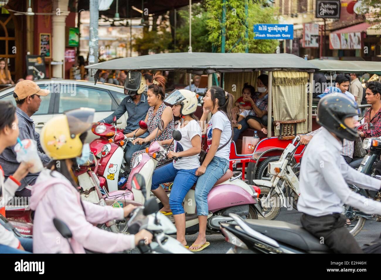 Cambodge Phnom Penh trafic sur Sisowath Quay en face de la rivière Tonle Sap Photo Stock