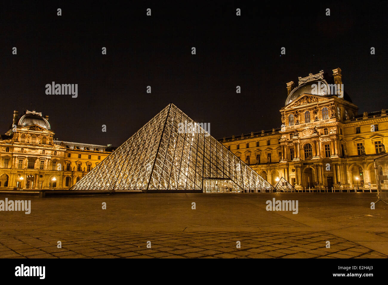 pyramid lit up night photos pyramid lit up night images alamy. Black Bedroom Furniture Sets. Home Design Ideas
