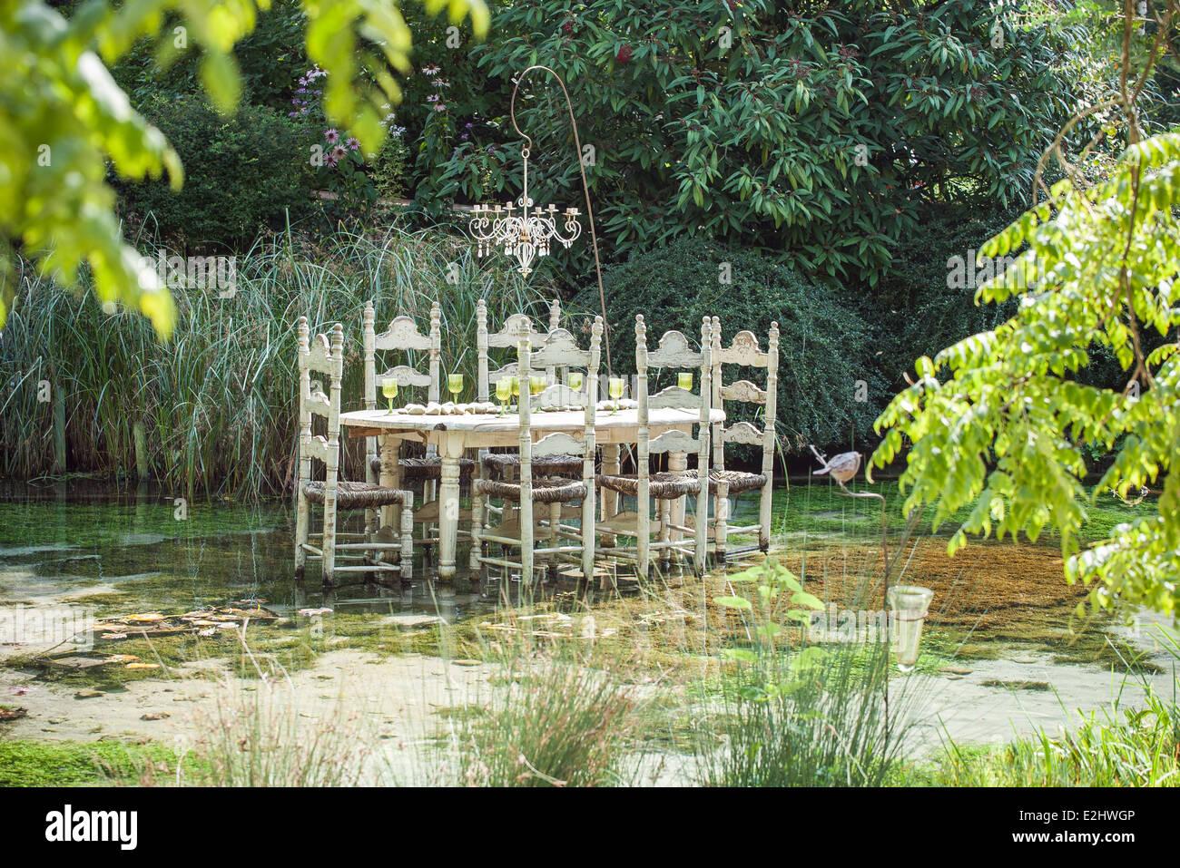 Table à manger ornée flottant dans l'étang Photo Stock