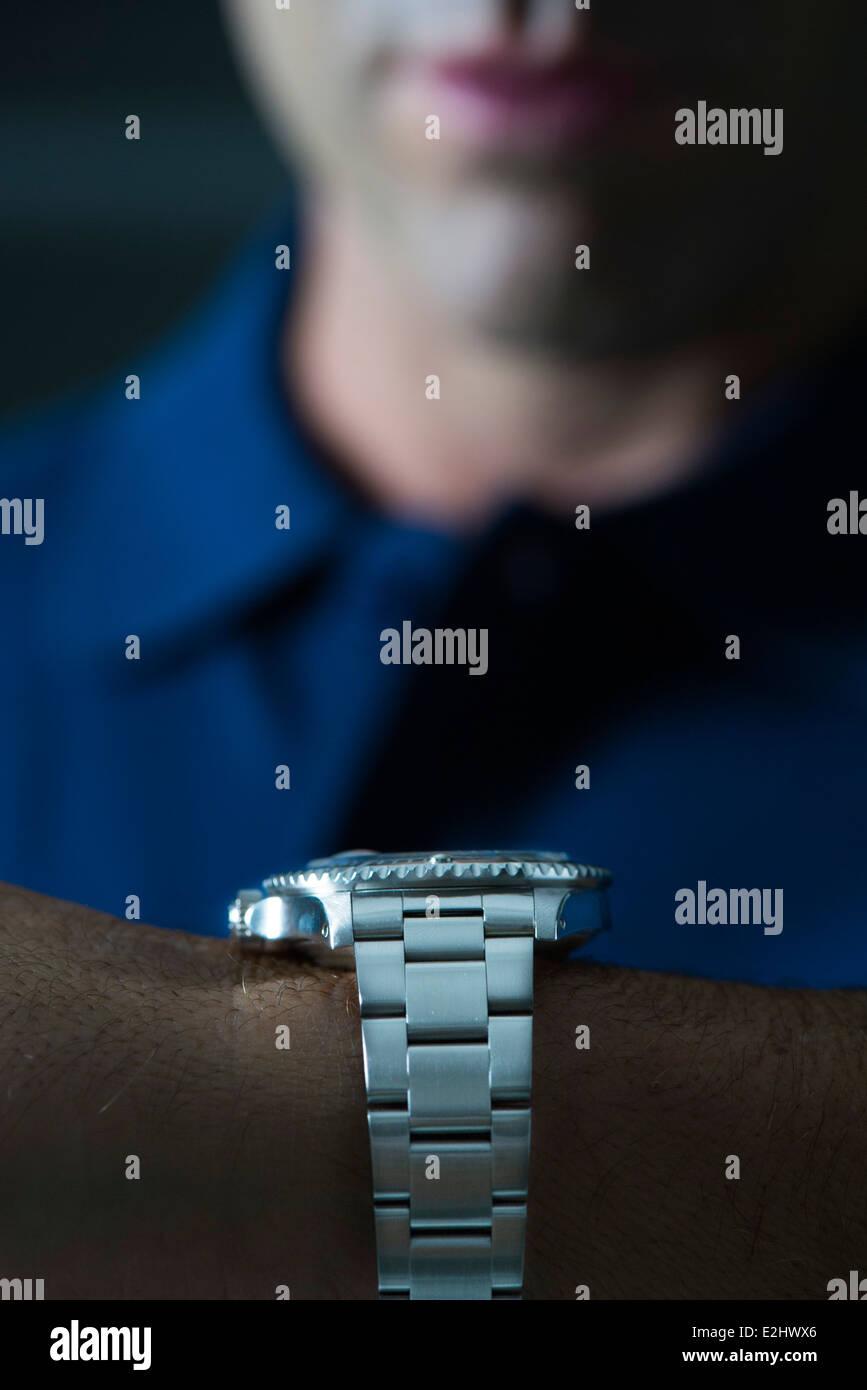 Montre-bracelet homme portant, contrôle de temps Photo Stock