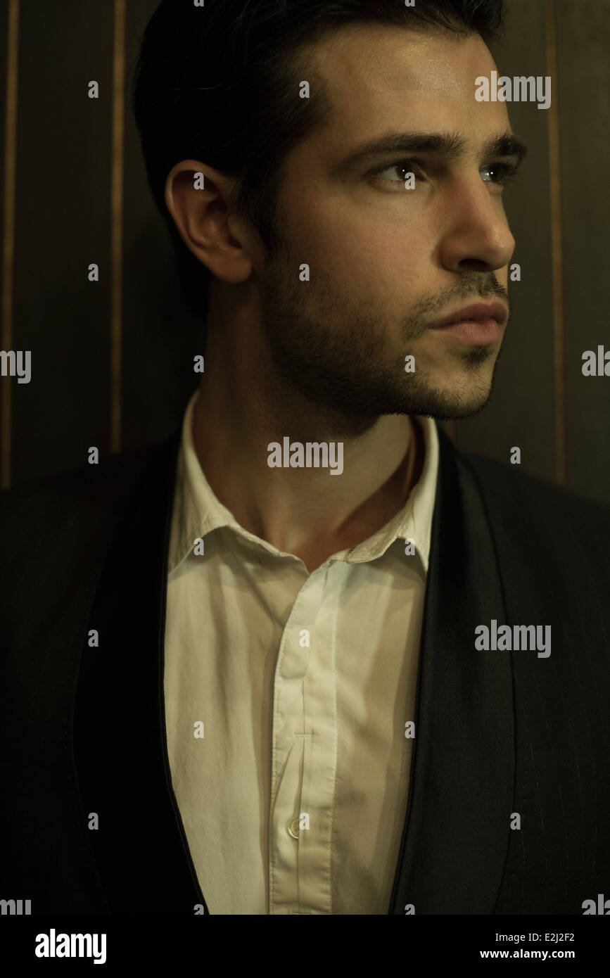 Young man looking away, portrait Photo Stock