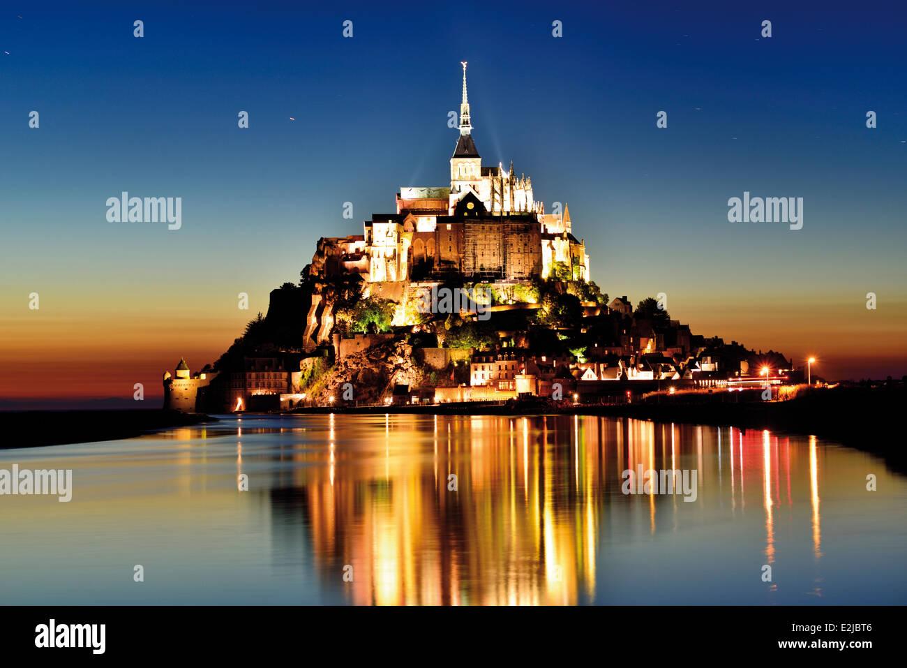 France, Normandie: Le Mont Saint Michel par nuit Photo Stock