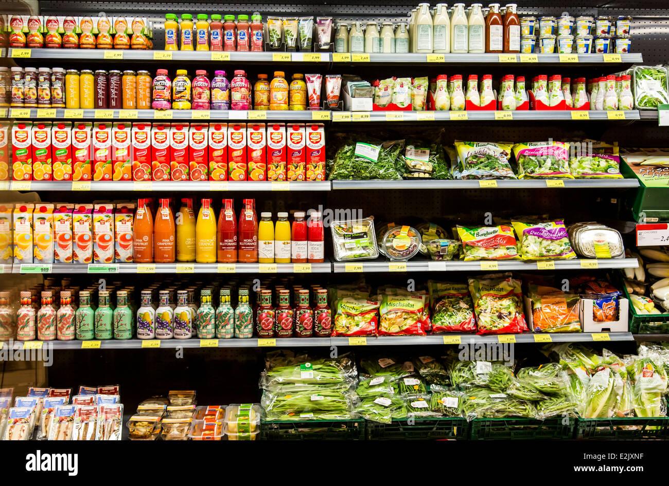 La tablette avec de la nourriture dans un supermarché. Réfrigéré, jus de  fruits, 6d6fa3e69cdc