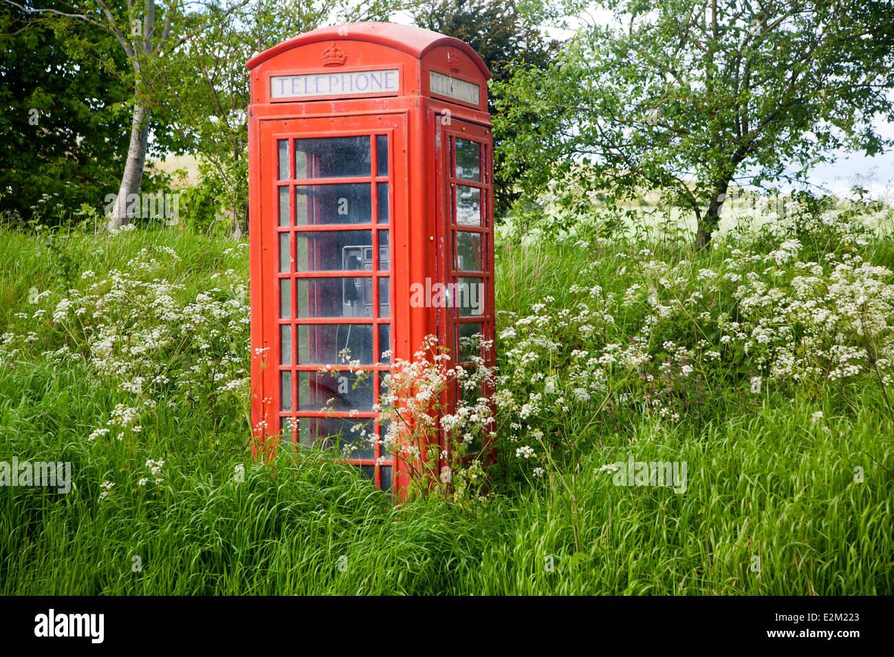 Boîte de téléphone rouge traditionnelle en milieu rural ne soient envahies par le biais de l'absence Photo Stock