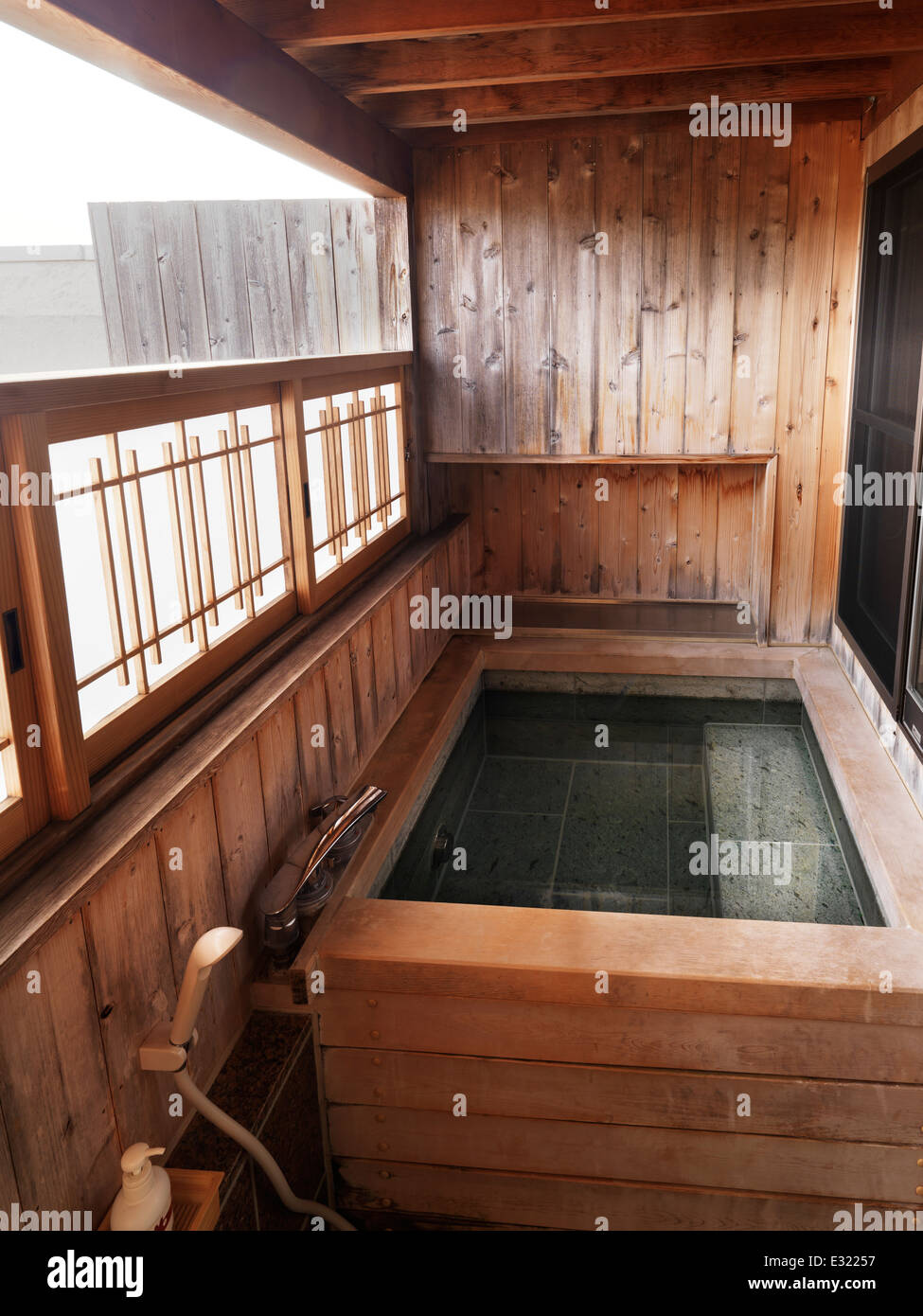 Onsen, bain thermal à l'onglet d'un ryokan hôtel traditionnel japonais. Fujikawaguchiko,. Photo Stock