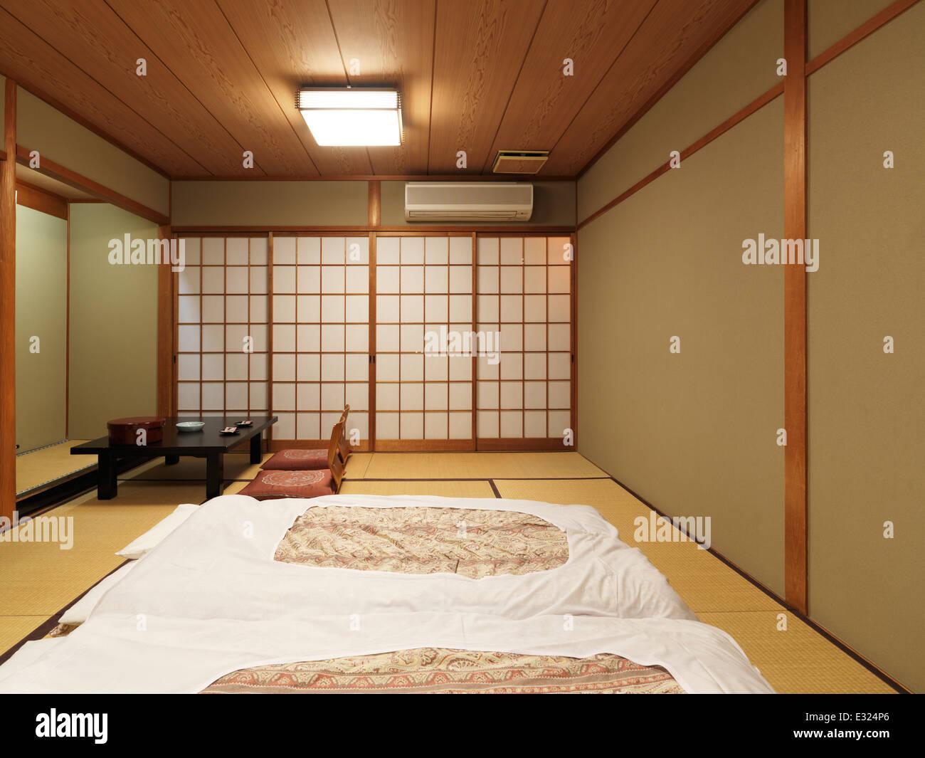 Chambre traditionnelle japonaise dans un ryokan avec futons sur la ...
