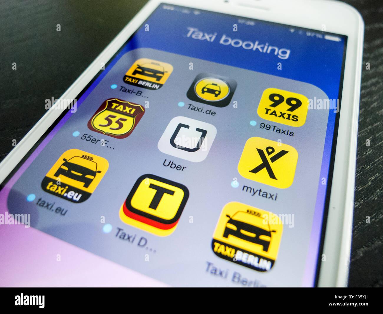 Détail de l'écran de l'iPhone avec de nombreuses applications mobiles pour la réservation Photo Stock