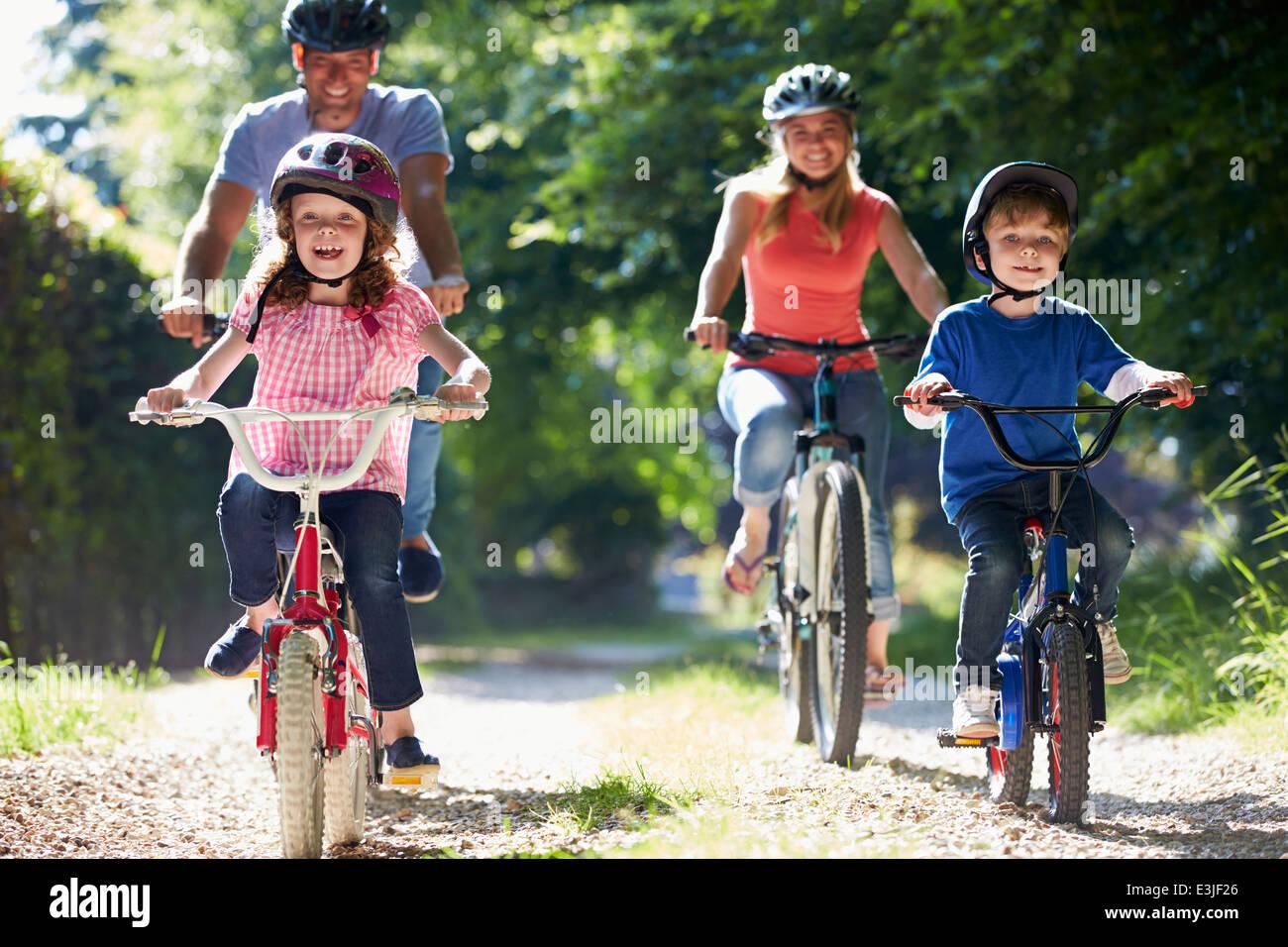 Sur la famille Balade en vélo dans la campagne Photo Stock