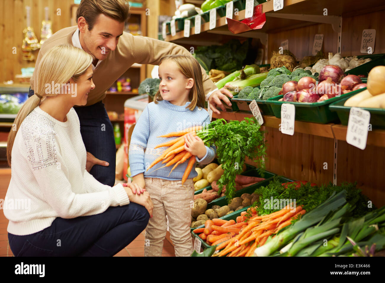 Le choix de la famille des légumes frais dans Farm Shop Photo Stock