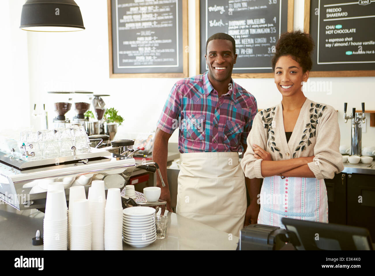 Le personnel masculin et féminin dans la région de Coffee Shop Photo Stock