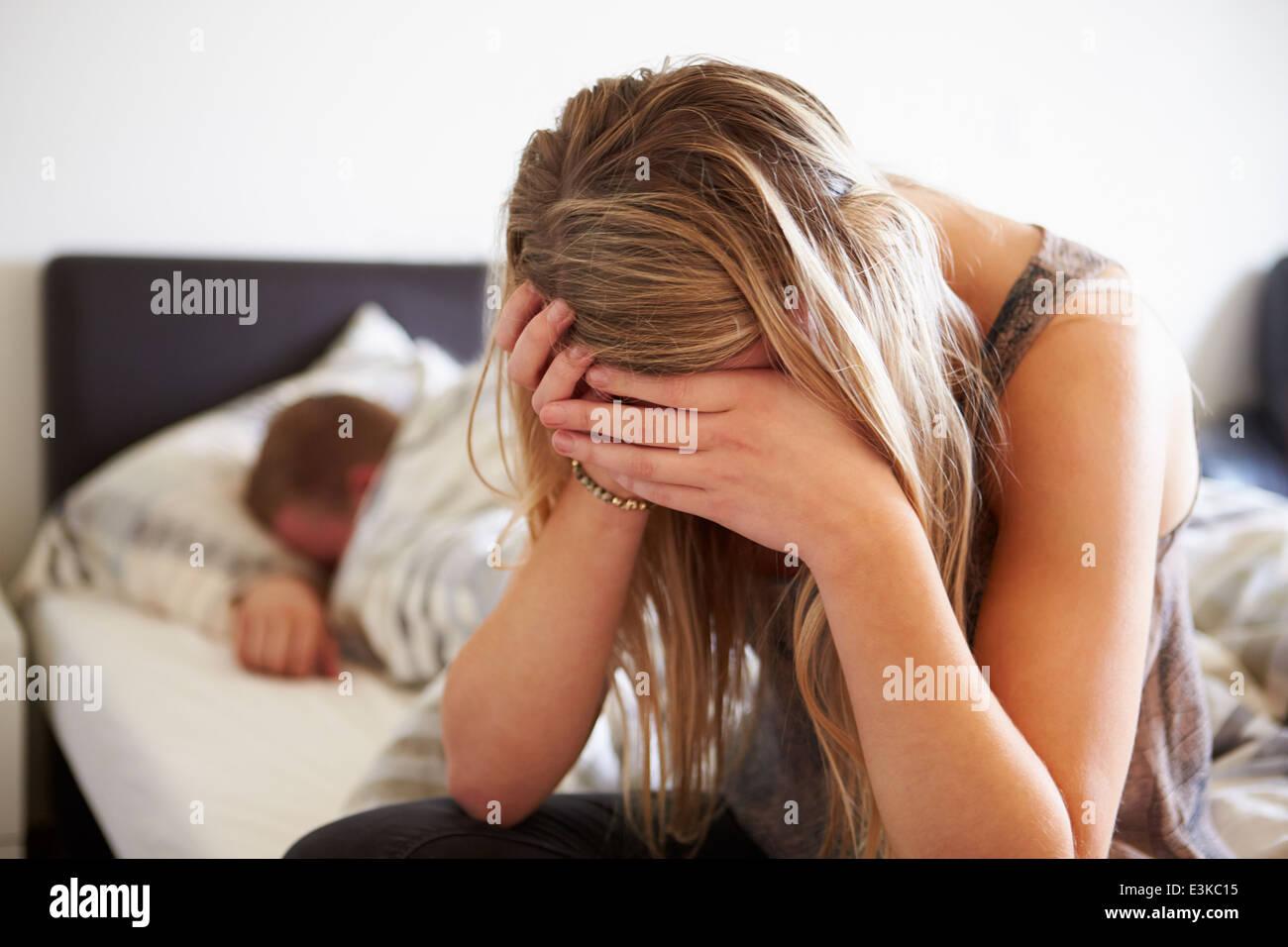 Peur adolescente dans chambre avec petit ami Photo Stock