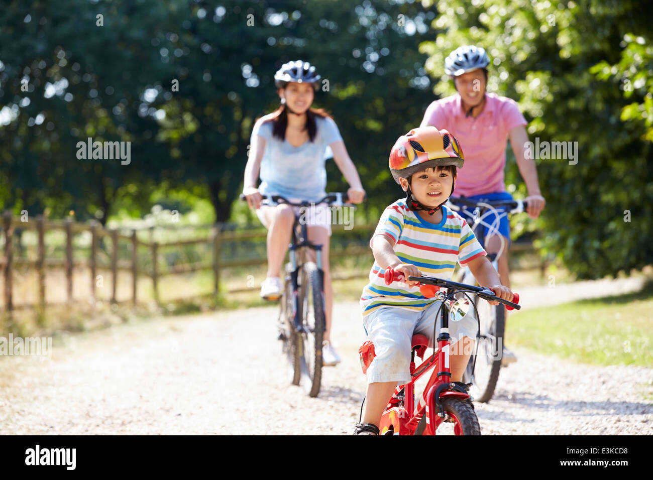 Asian Family sur Balade en vélo dans la campagne environnante Photo Stock